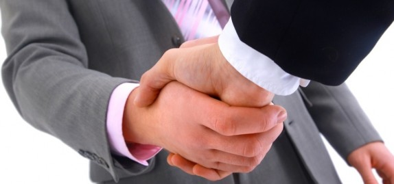 midia-indoor-politica-economia-cotidiano-internacional-acordo-negocio-aperto-de-mao-compra-venda-cliente-cumprimento-trabalho-reuniao-socio-parceria-confianca-assinatura-1269964296977_956x